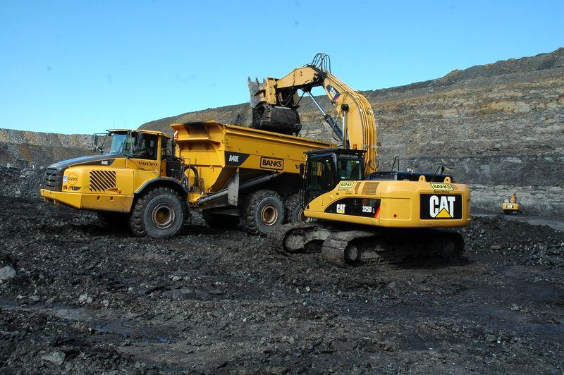 24 Cat 325D loading
