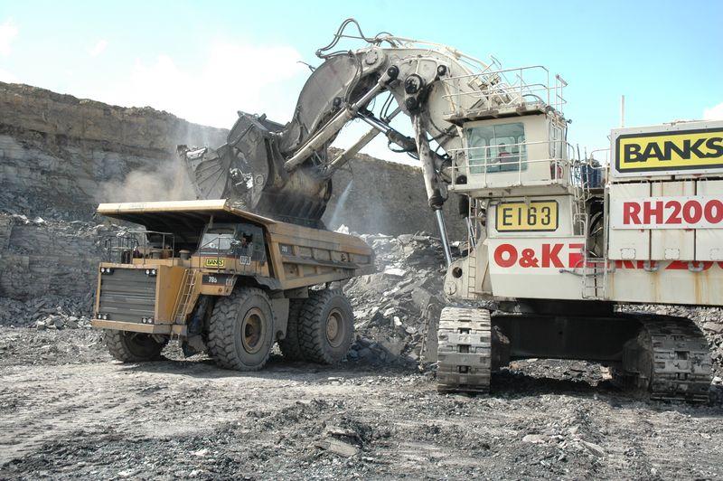 20 Terex O&K RH200 loading