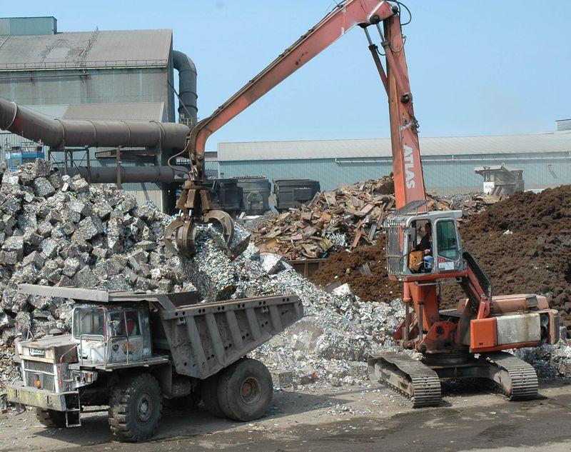 4 Atlas loading a Heathfield 33 dump truck at Thamesteel