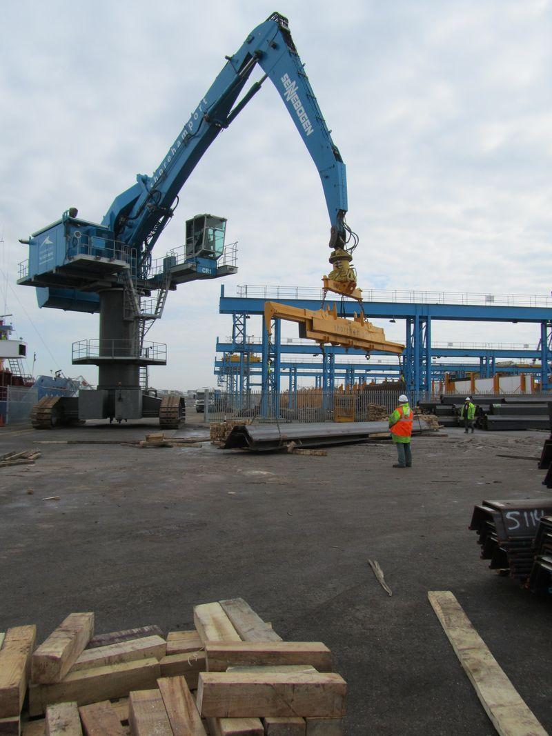 Sennebogen 880 laying steel