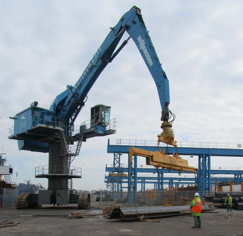 Sennebogen 880 unloading steel