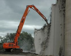 Hitachi 670 completing the demolition of a silo