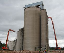 Hitachi EX1200 and 670LCH demolition at work
