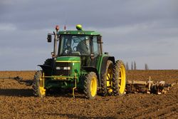John Deere 6410 drilling sugar beet